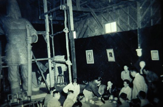1951년 상무대 을지문덕상제작고증위원회의 모습. 높이 7m의 이 동상은 광주에서 처음 시도되는 거대한 크기의 기념조각상으로 세간의 관심을 모았다. 차근호의 기획안에 따라 탁연하 김찬식 등이 제작에 참여하여 금동 최부자집 창고를 빌어 작업하였다.